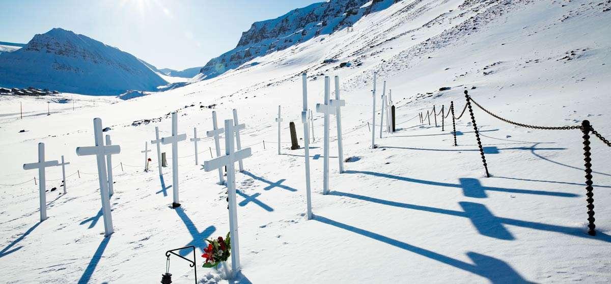 svalbard graveyard in longyearbyen